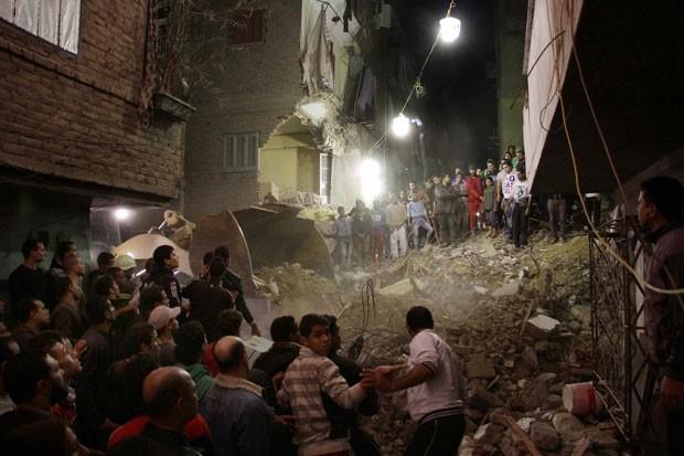 Pelo menos 10 pessoas morreram em desabamento de prédio no Cairo nesta terça-feira (25) (Foto: Ahmed Abdel Fattah, El Shrouk Newspaper/AP)