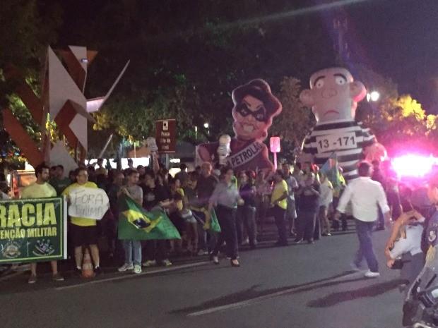 Com cartazes, faixas, bandeiras e bonecos infláveis com caricaturas de Lula e Dilma, manifestantes se reuniram por volta das 18h30. (Foto: Cristina Mayumi/TVCA)