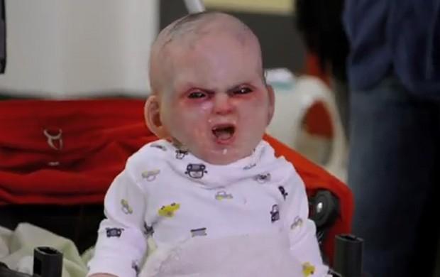 Produtores de filme colocaram boneco aterrorizante levantando de carrinho de bebê controlado à distância (Foto: Reprodução/YouTube/DevilsDueNYC)