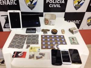 Drogas, celulares, dinheiro e outros objetos foram apreendidos pela polícia (Foto: Divulgação/Denarc)