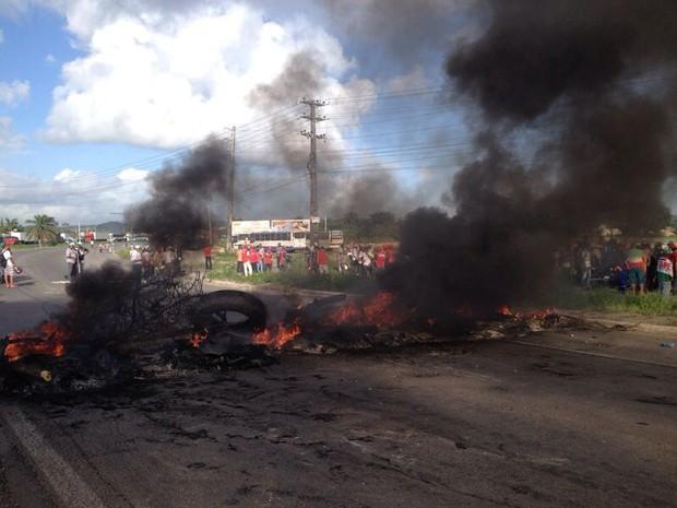 Protesto interrompe trânsito na altura da fábrica da Vitarella, no Cabo de Santo Agostinho (Foto: Kety Marinho / TV Globo)
