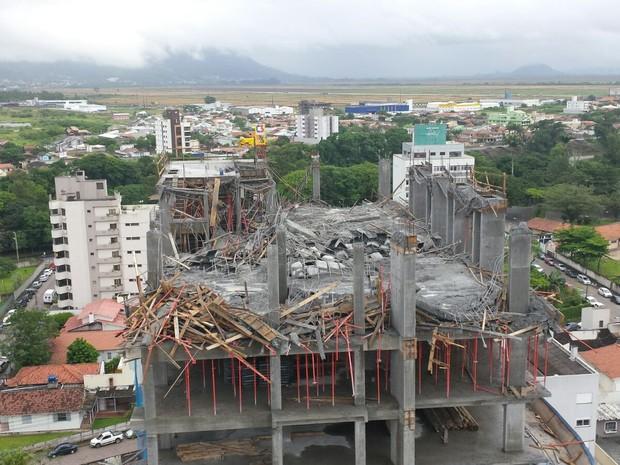 Prédio em construção teve parte da laje comprometida. (Foto: Rafael Marques/Divulgação)