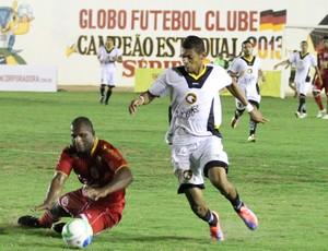 Artilheiro do estadual, Ricardo Lopes, do Globo FC, foi bem marcado na final contra o América-RN (Foto: Canindé Pereira/Divulgação)