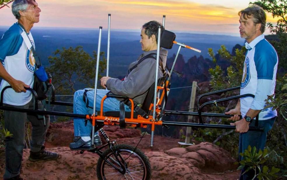 Cadeira adaptada permite que pessoas com deficiência visitem ponto turístico (Foto: Allan Galhardo/ Divulgação)