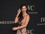 Adriana Lima investe em fenda e quase é traída por vestido