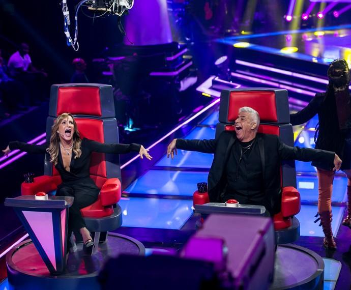 Claudia e Lulu fazem dança engraçada nas cadeiras (Foto: Isabella Pinheiro / Gshow)
