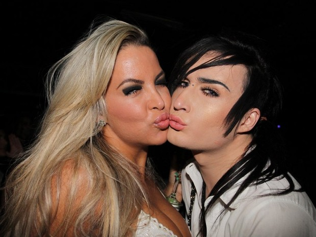 Ex-BBB Serginho beija mulher em boate em São Paulo (Foto: Leo Franco e Thiago Duran/ Ag. News)
