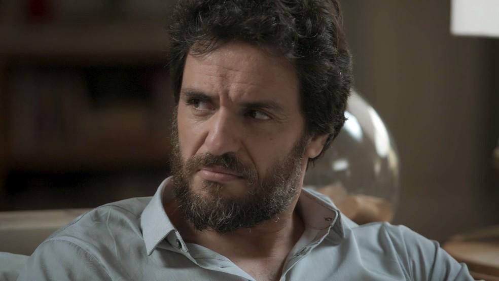 Caio não esconde a irritação... (Foto: TV Globo)