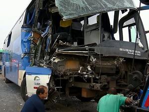 Batida entre ônibus e carreta na BR-040 deixa mortos e feridos em MG (Foto: Reprodução/TV Integração)