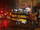 Torcida fecha rua 