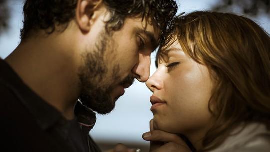 Renato e Alice se beijam após anos separados