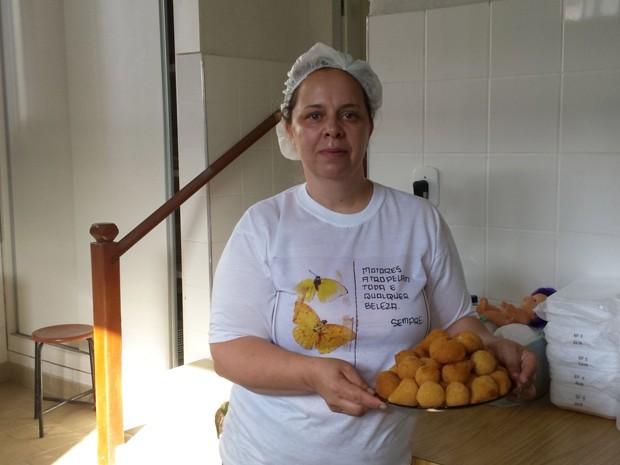 Salgadeira Sandra Quintão quer voltar a produzir coxinhas. Com doações ela fez 700 coxinhas e bandeijas de pé-de-moleque (Foto: Raquel Freitas/G1)