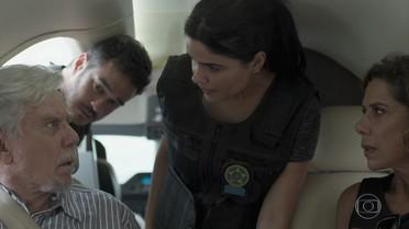 A polícia intercepta o avião de Athaíde e Lígia