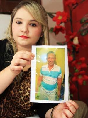Com foto antiga do pai, Juliane conseguiu localizá-lo (Foto: Nelsina Vitorino / Jornal da Paraíba)