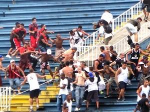 Furacão vai à Libertadores e rebaixa Vasco em jogo com briga de torcidas (Foto: Gustavo Rotstein)