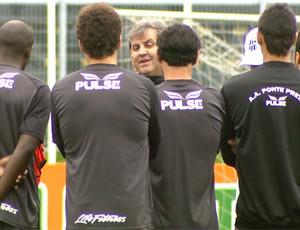 Gilson Kleina conversa com jogadores da Ponte Preta (Foto: Reprodução EPTV)