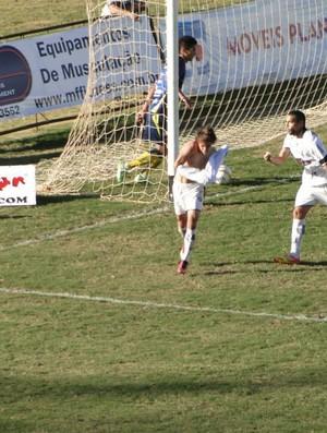 Jean comemora primeiro gol do Comercial contra São Carlos (Foto: Gabriel Lopes / Comercial FC)
