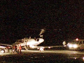 Pneu de aeronave fura e interdita aeroporto (Foto: Reprodução/TV Globo)