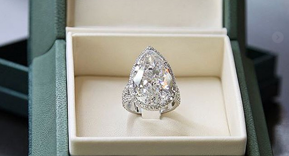Close no anel de noivado de Paris Hilton (Foto: Divulgação)