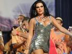 Solange Gomes usa vestido curtíssimo e decotado em noite de samba