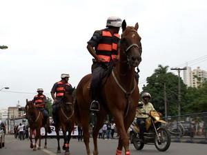 Policiamento montado é realizado nas ruas de Cuiabá (Foto: Reprodução/TVCA)