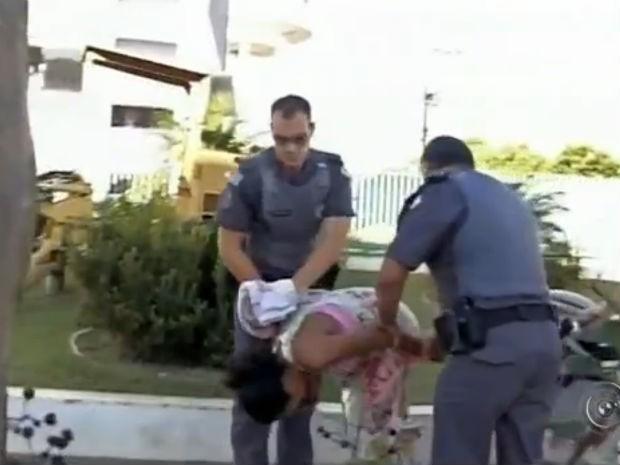 Mulher com bebê rouba idoso e esconde dinheiro em carrinho (Foto: Reprodução/TV TEM)