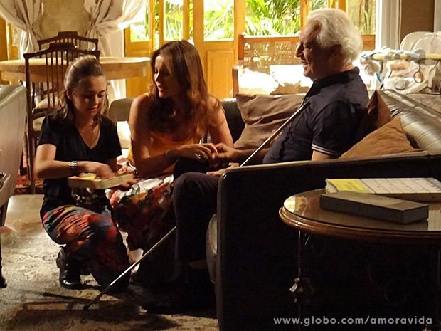 Paulinha e Paloma levaram presente para César (Foto: Amor à Vida/ TV Globo)