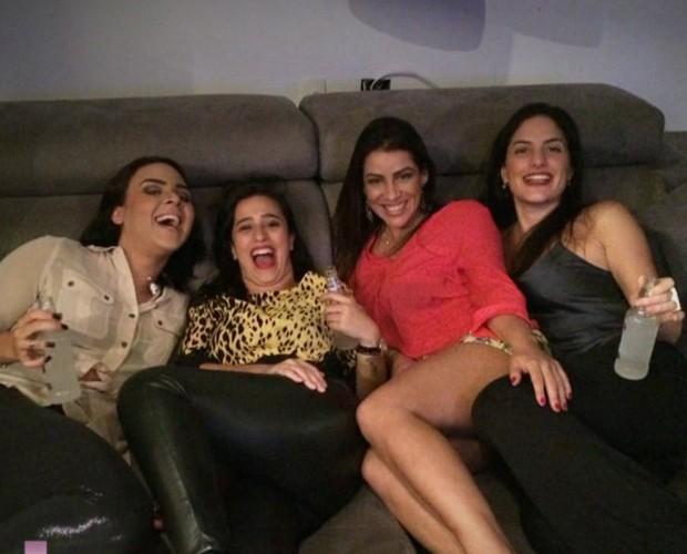 E que tal uma fotinho no sofá? As quatro criaram intimidade e mostram que ficaram superamigas (Foto: TV Globo)