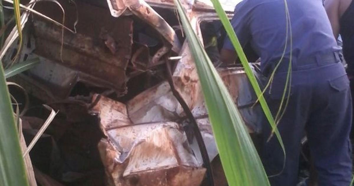 Quatro ficam feridos após carro capotar em plantação de milho - Globo.com