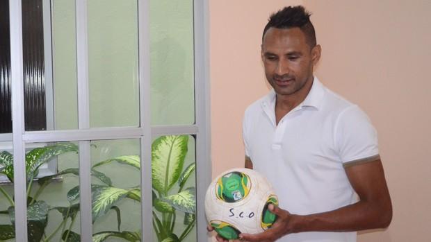 Djalmir segura a bola que usou para marcar o 1º gol após volta (Foto: João Áquila / GLOBOESPORTE.COM)