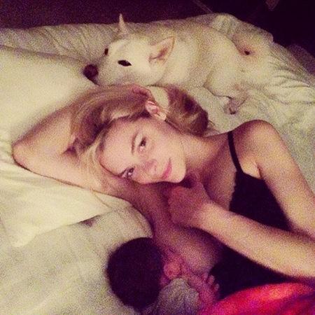 """A atriz da série 'Hart of Dixie' postou em seu Instagram uma foto amamentando seu filho na cama. """"Meu bebê faz 8 meses hoje. Esses são momentos pelos quais uma mãe vive. Amamentação não deveria ser um tabu – e mamadeira não deveria ser julgada"""", escreveu. (Foto: Instagram)"""