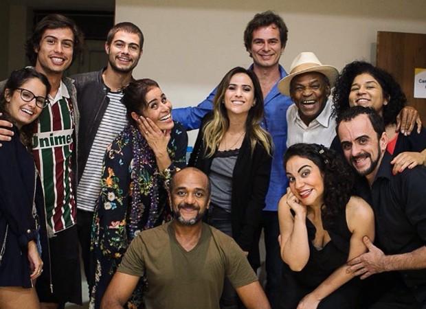 Valéria Alencar é prestigiada pelos filhos, Francisco e Rafael Vitti, e pelas atrizes Amanda de Godói e Tatá Werneck (Foto: Reprodução/Instagram)