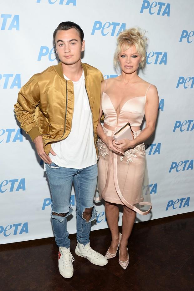Pamela Anderson e o filhoBrandon Thomas Lee em evento em Los Angeles, nos Estados Unidos (Foto: Matt Winkelmeyer/ Getty Images/ AFP)