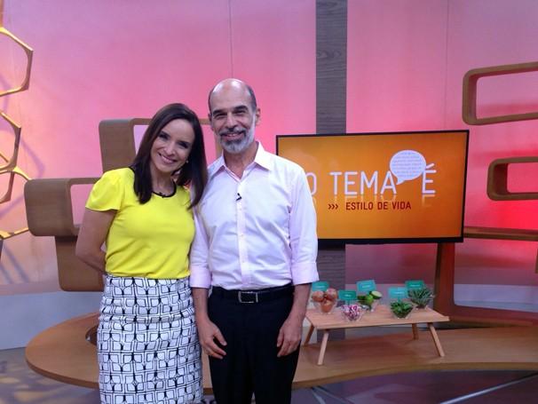 Veruska Donato conversa com o médico José Alexandre Portinho (Foto: Globo)