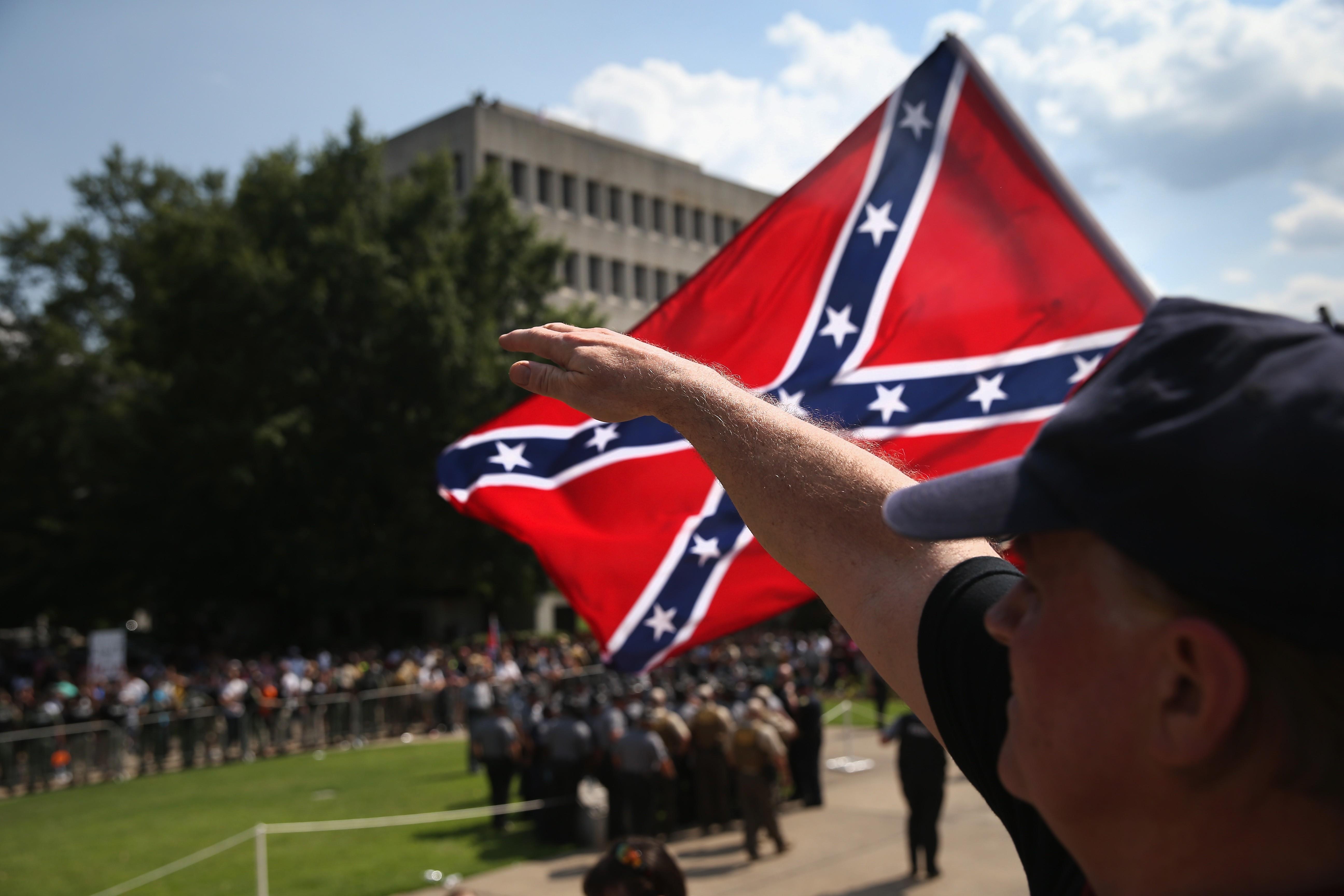 Membro da Ku Klux Klan faz sudação nazista  (Foto: John Moore/Getty Images)