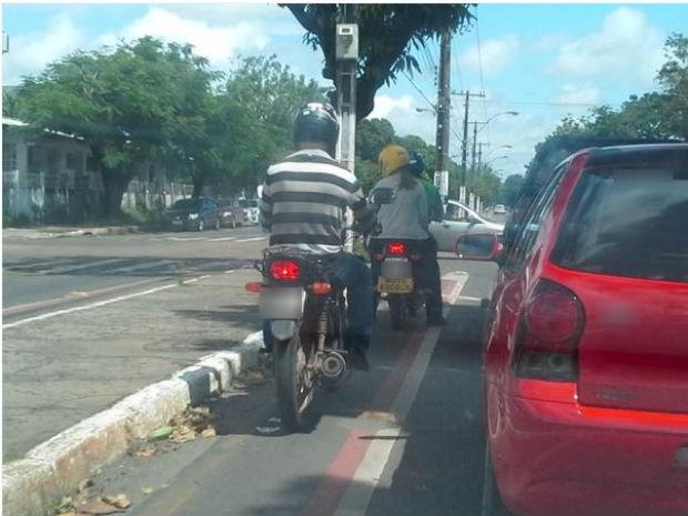 Motocicletas foram flagradas em ciclofaixa na Zona Sul de Macapá (Foto: Luiz Hamilton Silva/VC no G1)