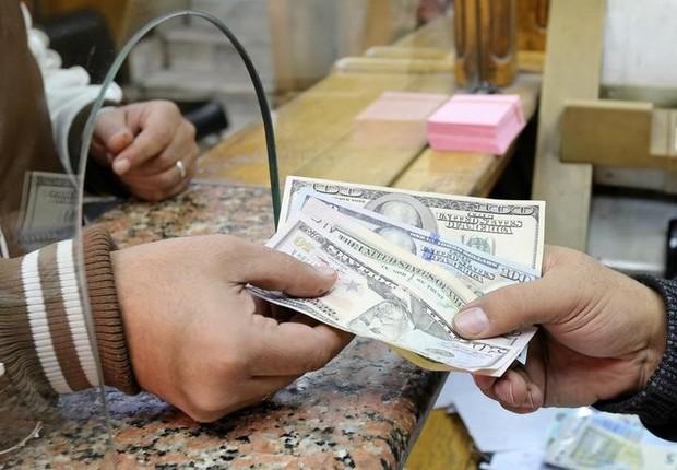 Cliente troca notas de dólar em casa de câmbio (Foto: Mohamed Abd El Ghany/Reuters)