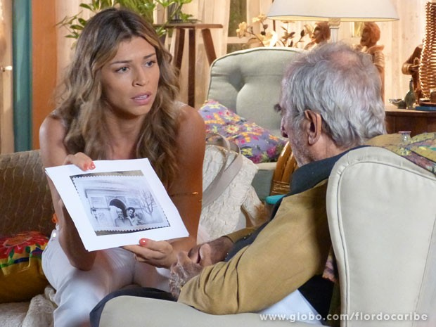 Ester consegue foto antiga de Dionísio e mostra a Manolo (Foto: Flor do Caribe / TV Globo)