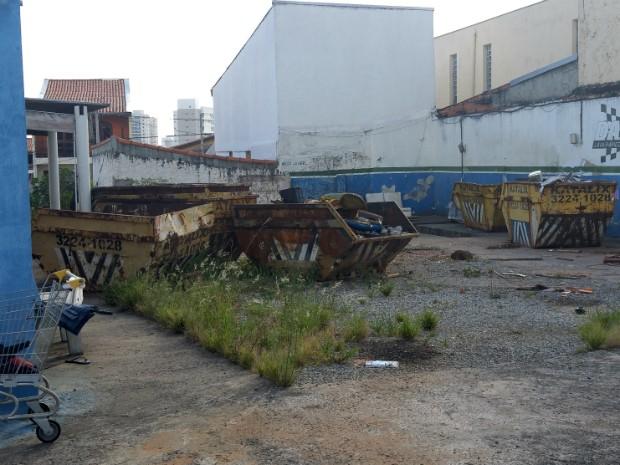 Empresa fecha e abandona caçambas em ruas de Sorocaba (Foto: Jomar Bellini / G1)