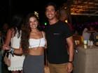 Isis Valverde badala de barriga de fora com o namorado na Bahia