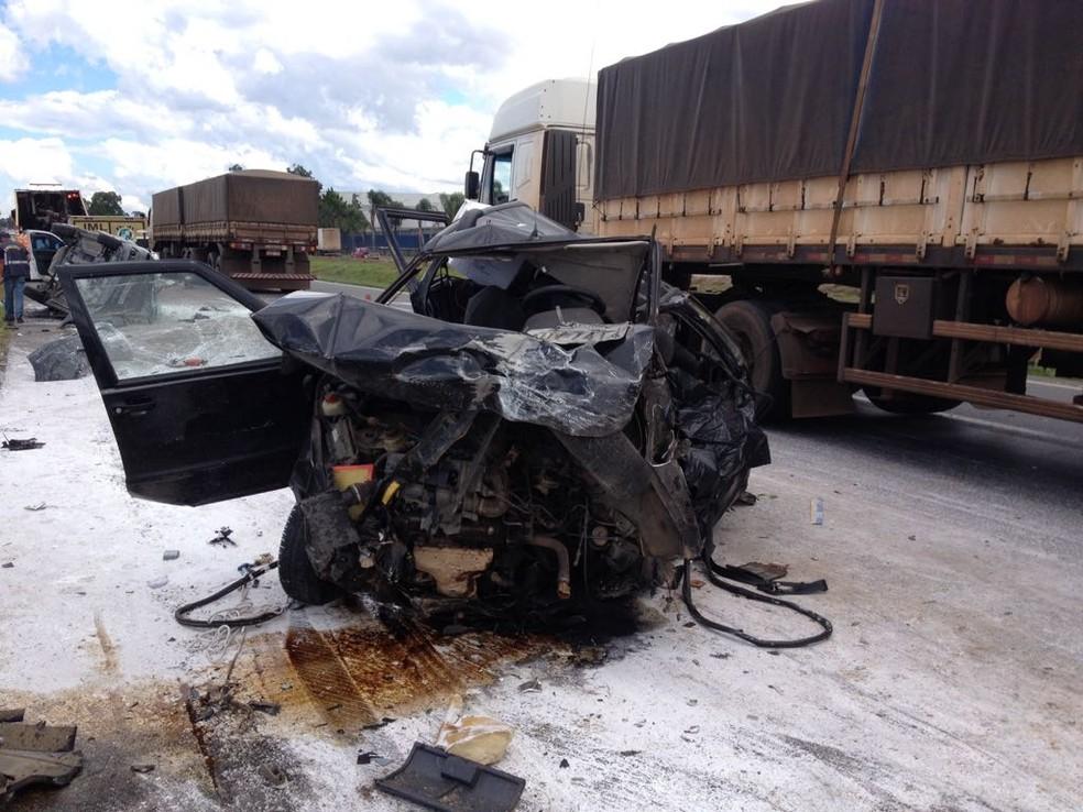 Acidente matou duas pessoas de São José dos Campos e deixou oito feridas no sábado (25) em São José dos Pinhais (Foto: Jurandir Chaves/RPC)