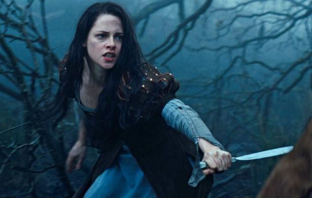 Kristen Stewart é outra que raramente faz cenas explosivas mas, quando diante de um perigo em cena, não recorre a dublê. (Foto: Reprodução)