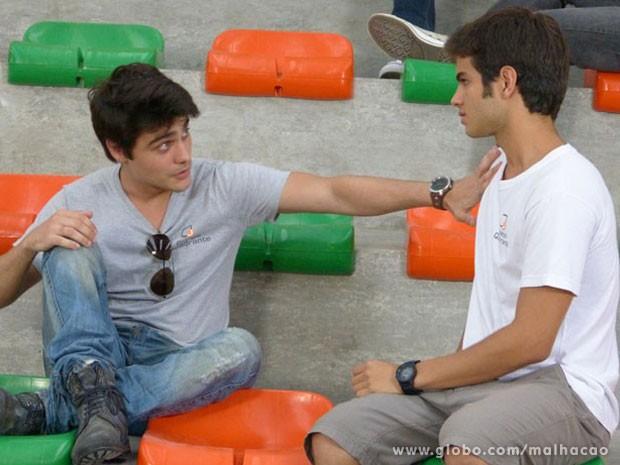 Se liga, Vitão! O Gil vai mandar uma real pra vc! E ele tem até razão, hein! (Foto: Malhação / Tv Globo)