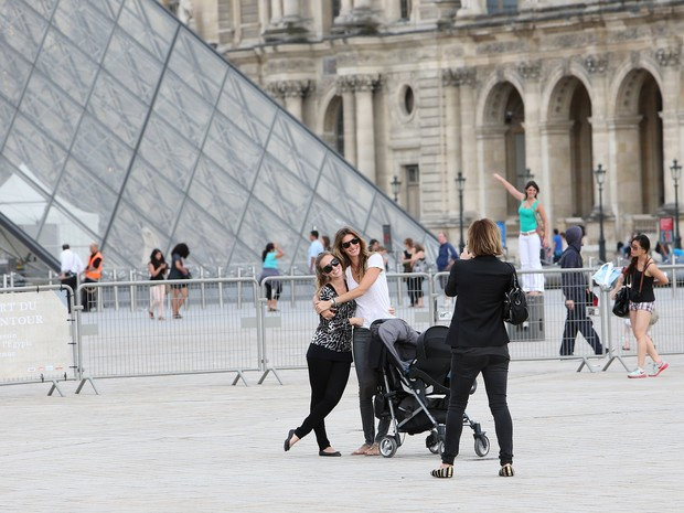 Gisele Bündchen no museu do Louvre em Paris, na França (Foto: Grosby Group/ Agência)