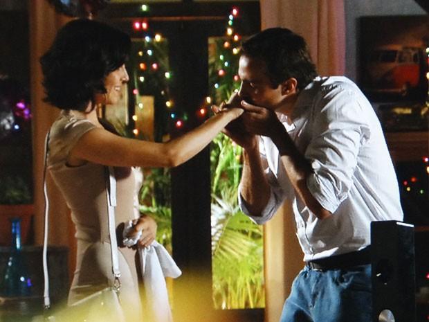 Mila aceita namorar com Ciro (Foto: Flor do Caribe / TV Globo)