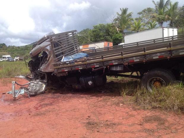 Acidente aconteceu por volta das 7h20 de terça-feira (1), no trecho do km-296 da BR-101, no município de Valença, na Bahia (Foto: Marcus Augusto Macedo / Voz da Bahia)