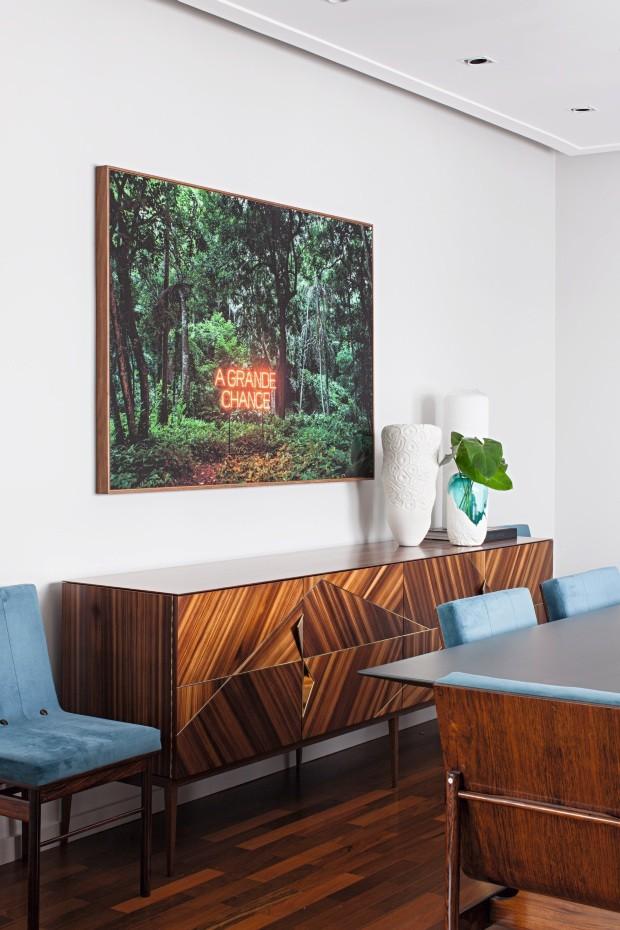 Sala de jantar. Com aspecto retrô, o bufê da Vermeil armazena utensílios e serve de apoio ao ambiente. Obra de Regina Parra, na Galeria Millan (Foto: Gui Morelli / Divulgação)