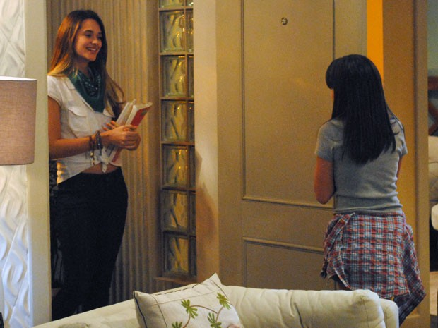 Já com o bilhete na mão, Fatinha chega à casa de Lia (Foto: Malhação / TV Globo)