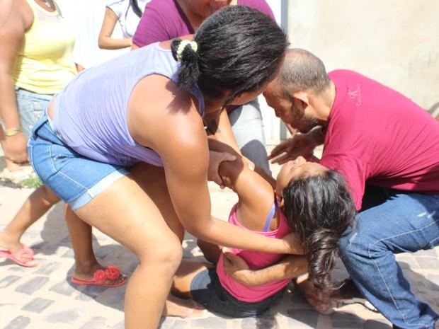 Mulher desmaiou durante rebelião na Casa de Custódia em Teresina (Foto: Gustavo Almeida/ G1)