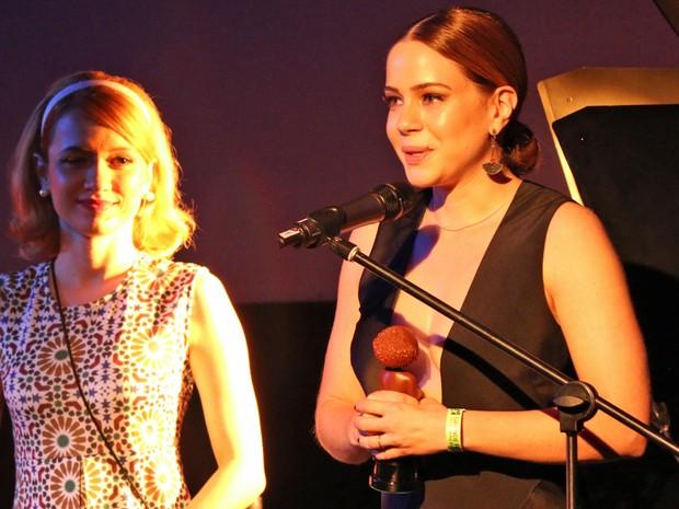 Leandra Leal recebe o prêmio de melhor atriz (Foto: José Raphael Berrêdo / G1)